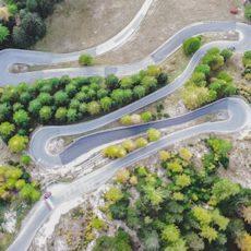 Les longs trajets en voiture peuvent provoquer le mal des transports chez les personnes fragiles.