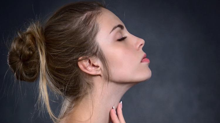 L'huile de coco a de nombreux bienfaits pour la peau, les cheveux et les dents.